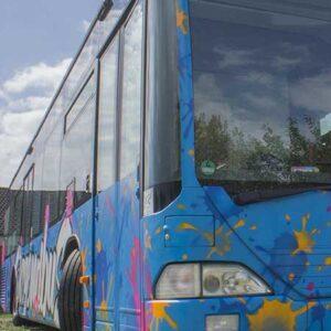 Ein bemalter Linienbus
